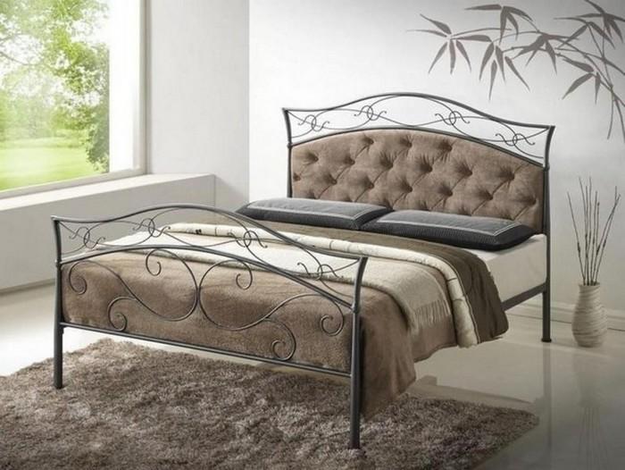 Металлический каркас кровати в интерьере спальни