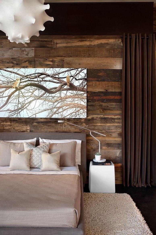 Ламинат на стене в интерьере спальне можно использовать в качестве вставок над изголовьем кровати.