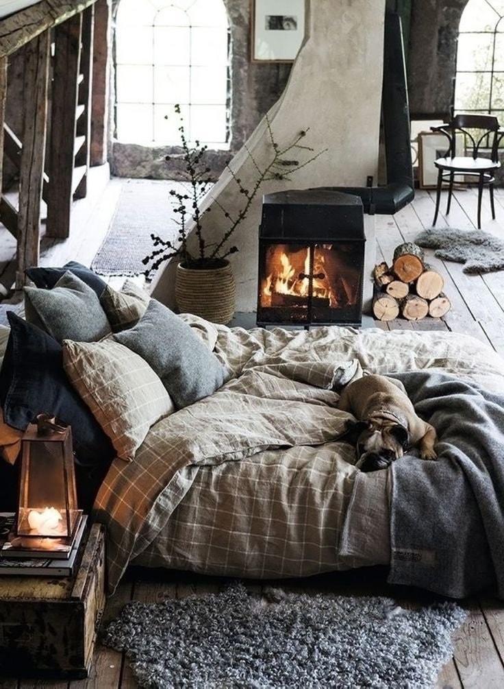 Кровать у камина в частном доме