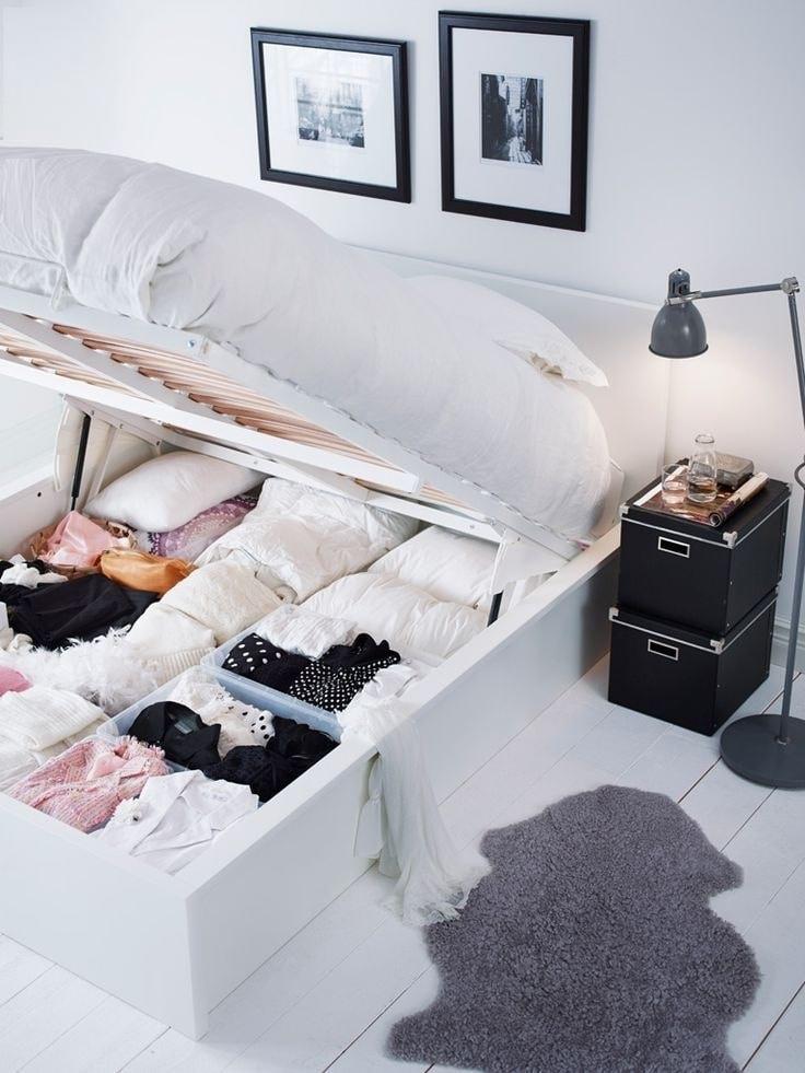 Кровать с подъемным механизмом очень удобный вариант для хранения вещей