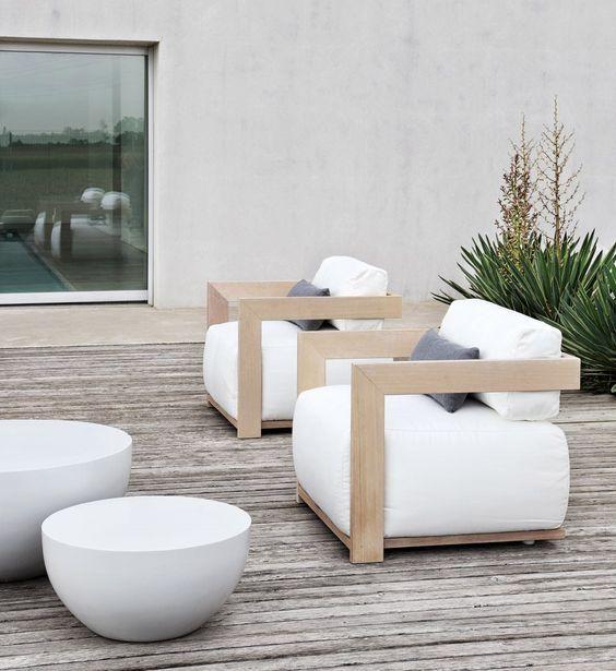 Чудесные деревянные кресла с белоснежными сиденьями украсят дизайн вашего сада