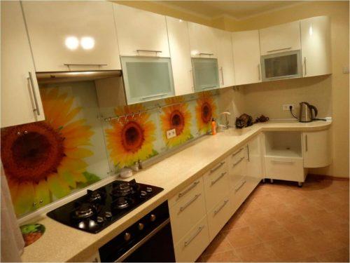 Фото: Светлый кухонных гарнитур с матовой столешницей