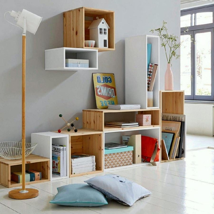 Навесные полки и стеллажи в детской комнате никогда не будут пустовать