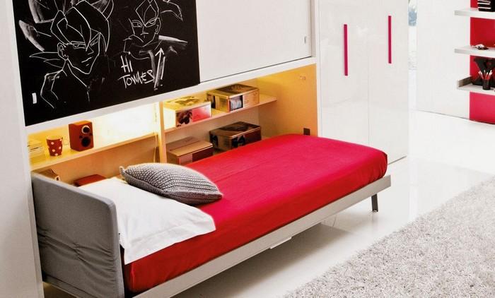 Кровать компактного размера с ярким постельным бельем