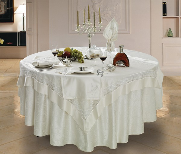 Круглая и квадратная скатерть на круглый стол