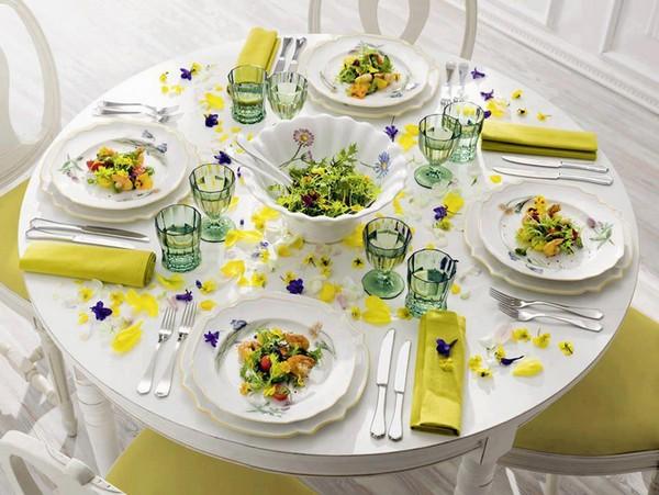 Сервировка стола салфетками без скатерти