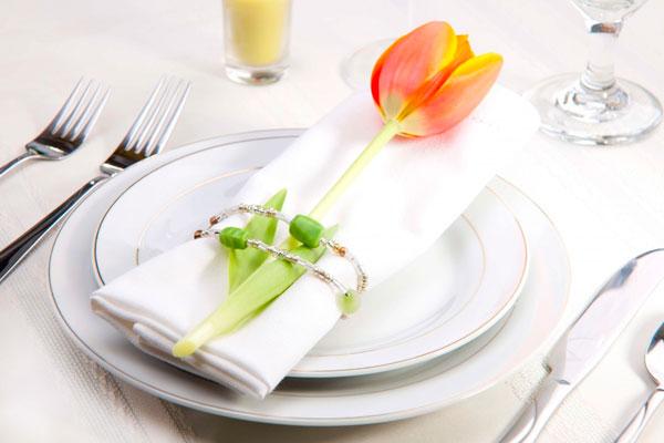 Тюльпан в кольце салфетки – приятный сюрприз дамам на банкете по поводу 8 Марта