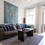 диван с черничными подушками