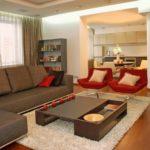 коричневый диван с розовыми акцентами