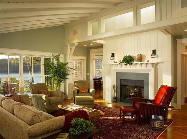 Просторная гостиная, оформленная в светло-зеленом и белом цветах.
