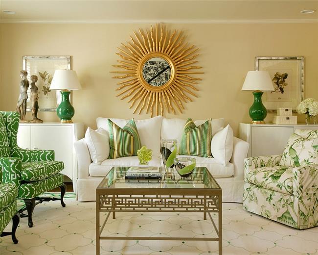 Симметричная гостиная зеленых и желтых тонов.
