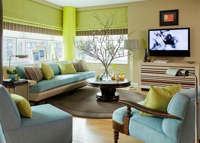 Маленькая гостиная зеленого, желтого и синего цветов.