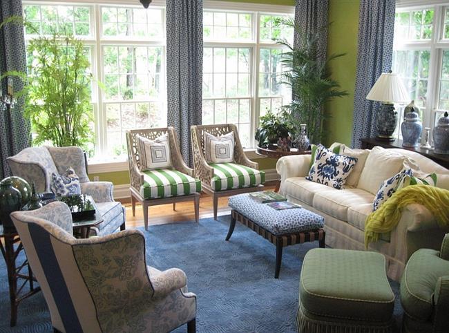 Стильная и комфортная зона отдыха в синих и зеленых тонах.
