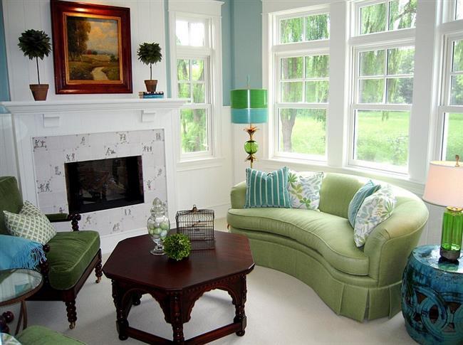 Сочетание белого, зеленого и голубого цветов в интерьере гостиной.