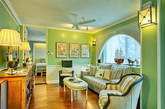 Зеленая гостиная загородного дома в деревенском стиле.