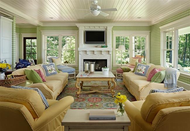 Зелено-белые обои в клетку в обустройстве стильной гостиной.