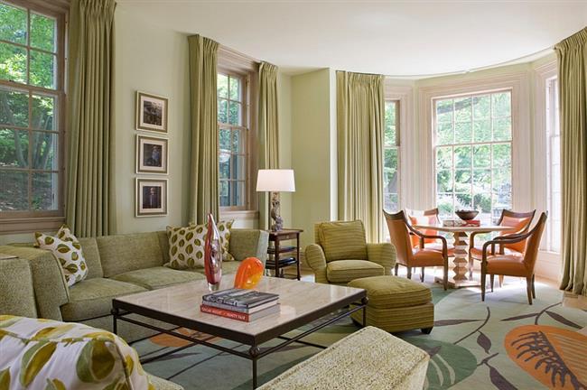 Просторная, комфортная гостиная зеленого цвета.