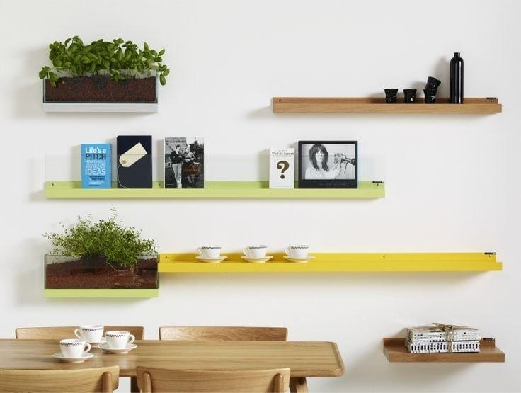 Разноцветные полки на кухне будут задавать веселый тон дизайну интерьера
