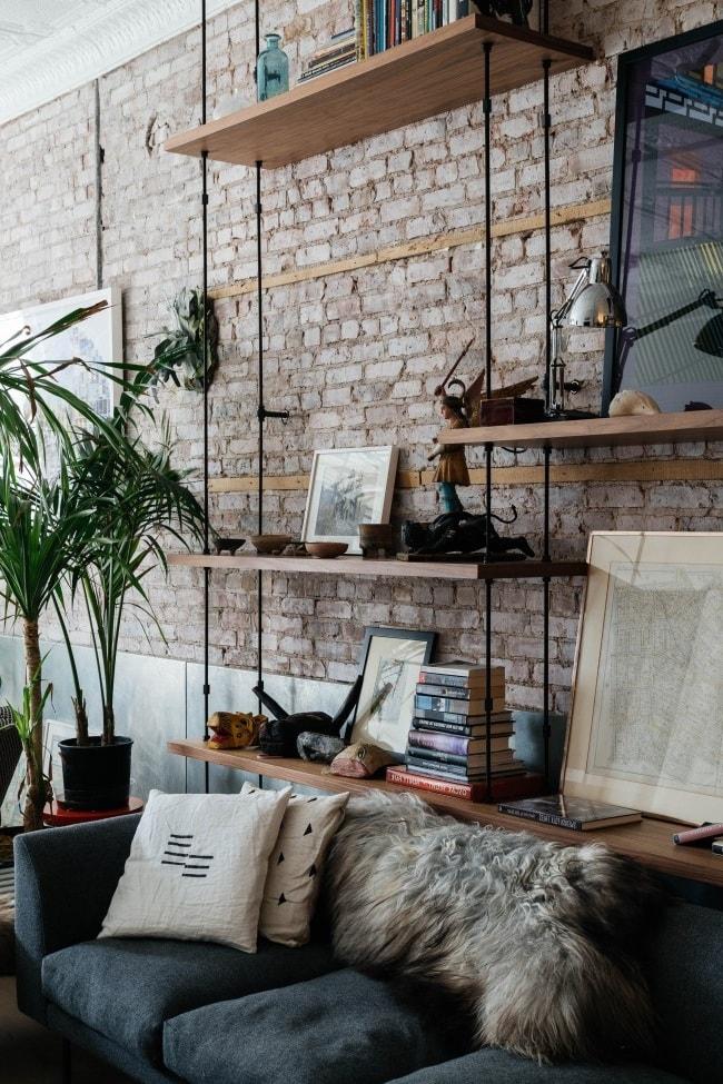 Дерево и металл - отличное дополнение к интерьеру гостиной в стиле лофт