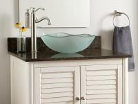 круглая стеклянная раковина в интерьере ванной