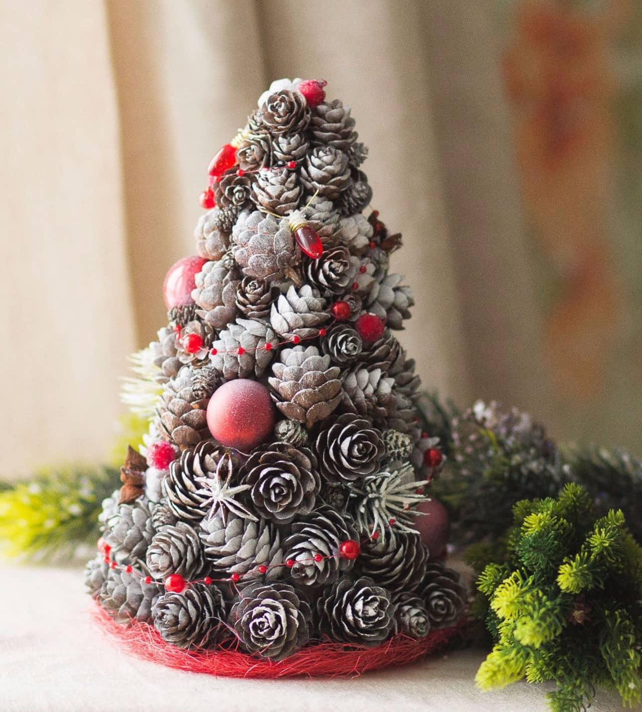 Елка из шишек поможет создать тёплую и праздничную атмосферу Рождества и Нового года