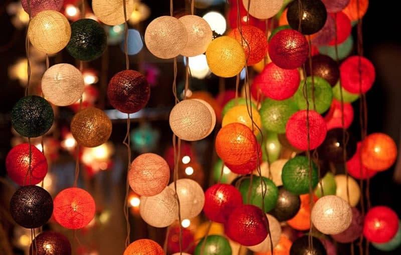 Вариантов новогоднего декора очень много, один из них - украшение дома разноцветными шарами