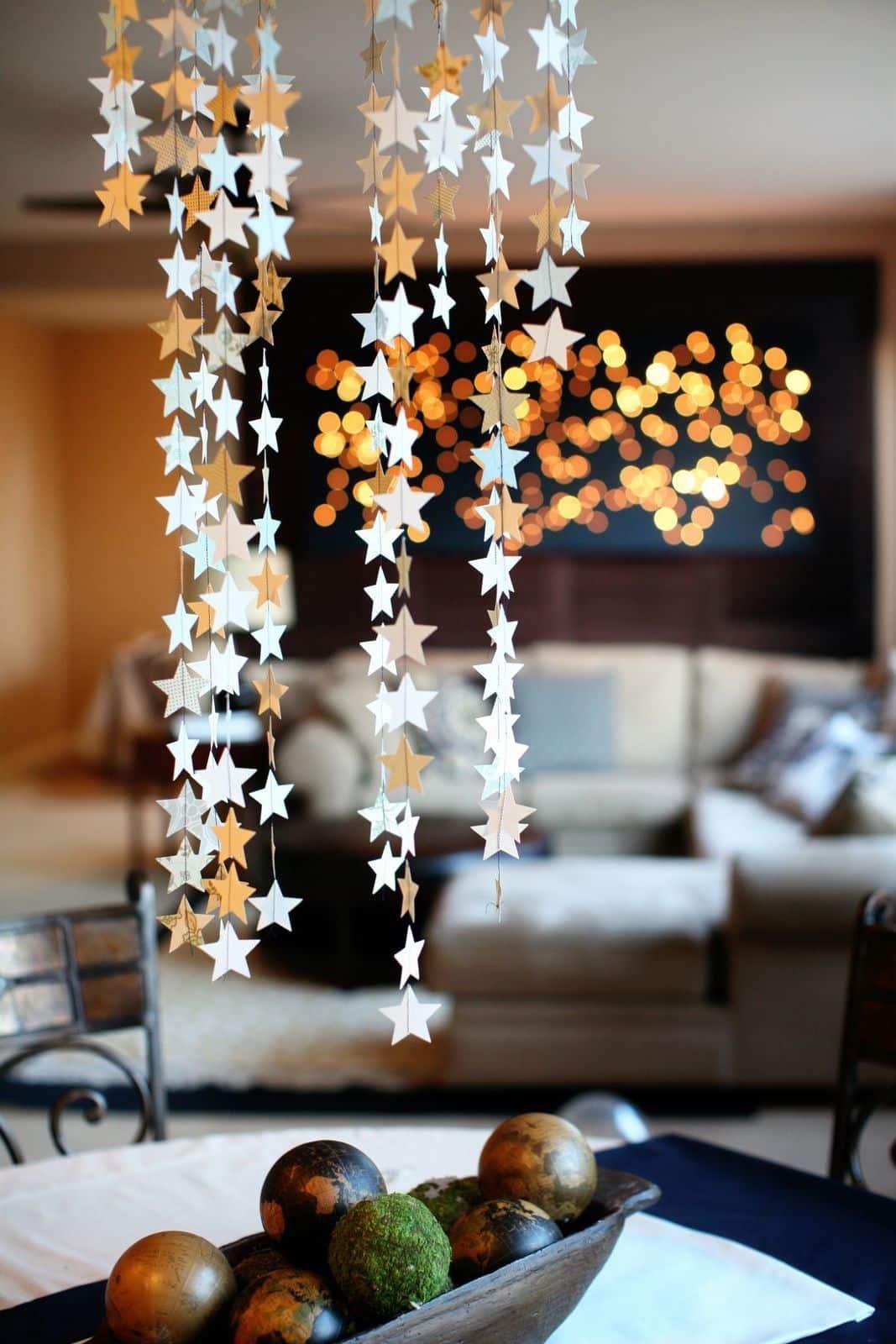 Гирлянда из бумажных звезд - отличный вариант для украшения гостиной к Новому году