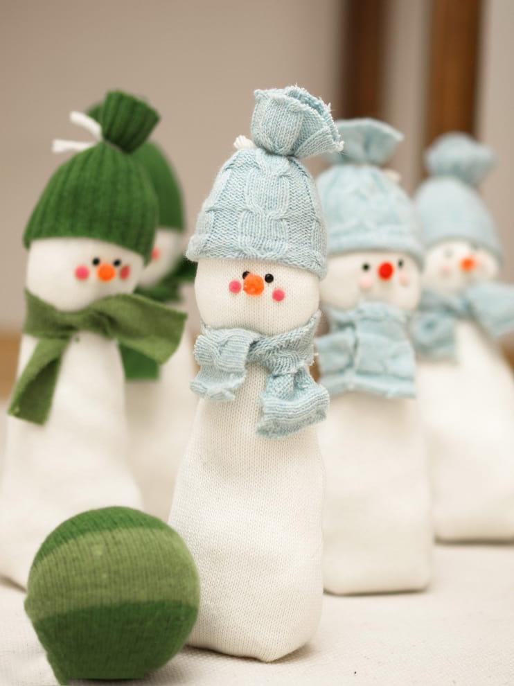 Причудливые снеговики изготовленные из кусочков ткани и мешковины