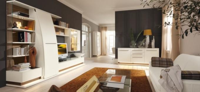 Выпуклая форма корпусной мебели в дизайне гостиной