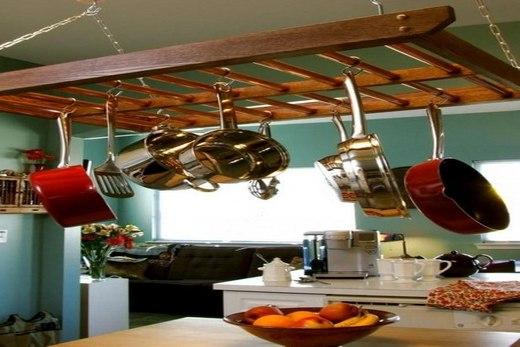 Над столом кухонные рейлинги