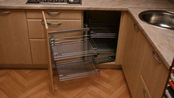 Большинство производителей корпусной мебели сразу предусматривают данный момент и изготавливают собственные секции подобного назначения