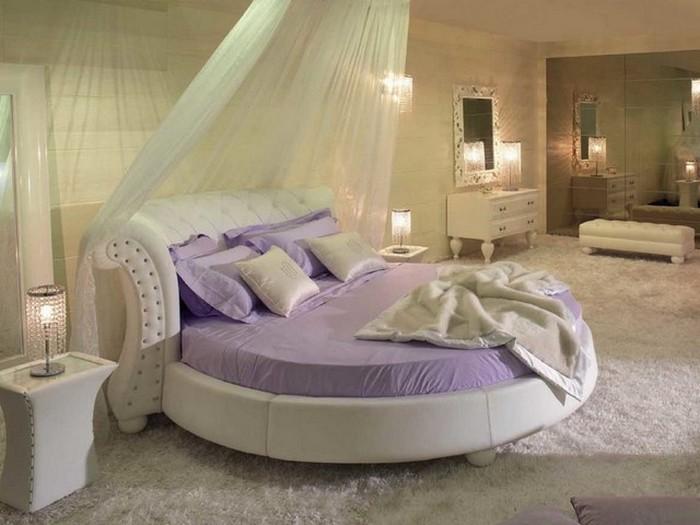 Просторная комната с круглой кроватью