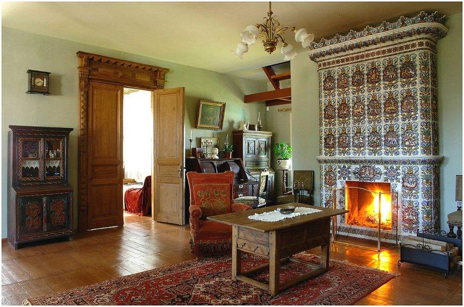 Уютный интерьер гостиной в русском стиле