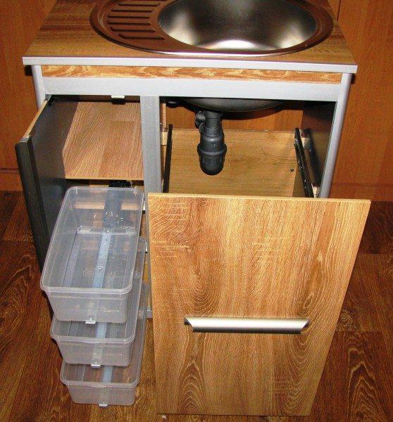На фото – тумба под мойку с выдвижными корзинами и ящиками.