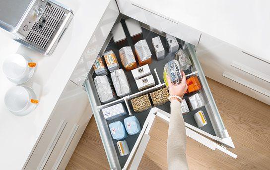 Правильно оборудованный угловой шкаф вмещает больше.