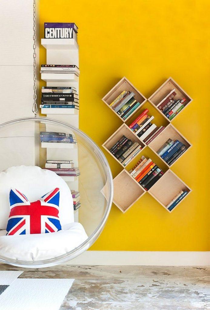 Рядом с полкой-столбиком в углу будет хорошо смотреться настенная модель для хранения книг