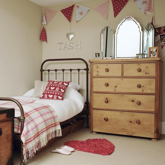 Скромная детская комната для девочке