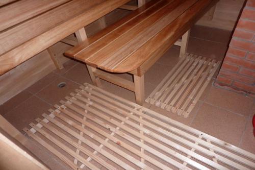 На пол желательно постелить деревянную обрешетку, чтобы случайно не поскользнуться