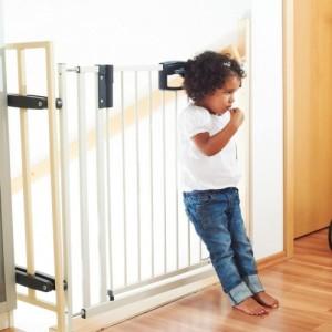 Самостоятельно ребенок не справится с замком калитки.
