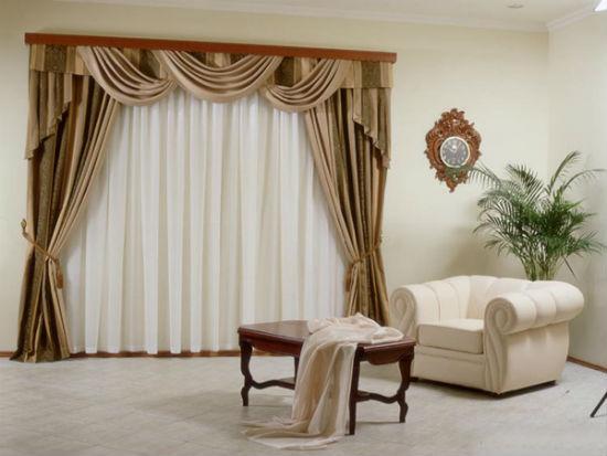 Чтобы не перегрузить интерьер, для сложного фасона штор нужно выбирать простые и лакничные карнизы