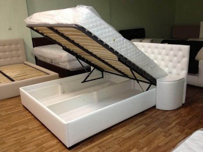 Белая кровать с ящиками внутри