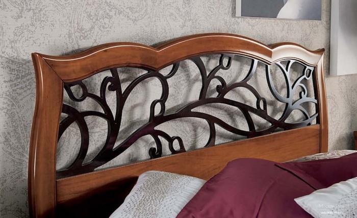 Резная спинка у деревянной кровати