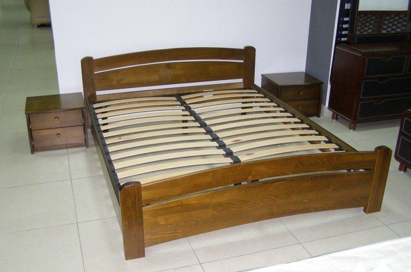 Металлическая двуспальная кровать с декоративной отделкой из натурального дерева.