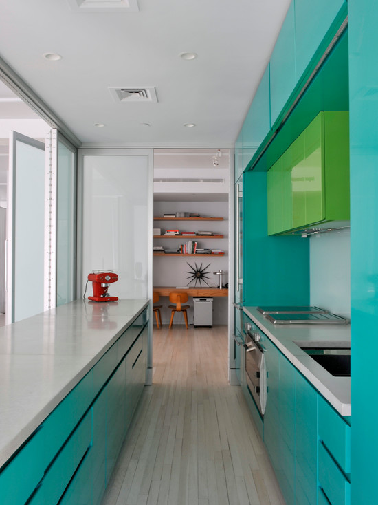 яркий дизайн узкой кухни