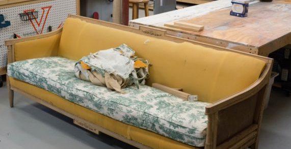Полностью отреставрированный диван фото