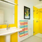 Желтая отделка ванной комнаты