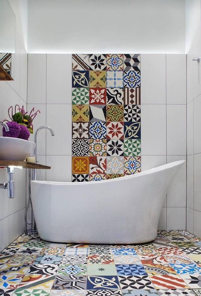 Яркий орнамент позволит разбавить монотонность белых стен