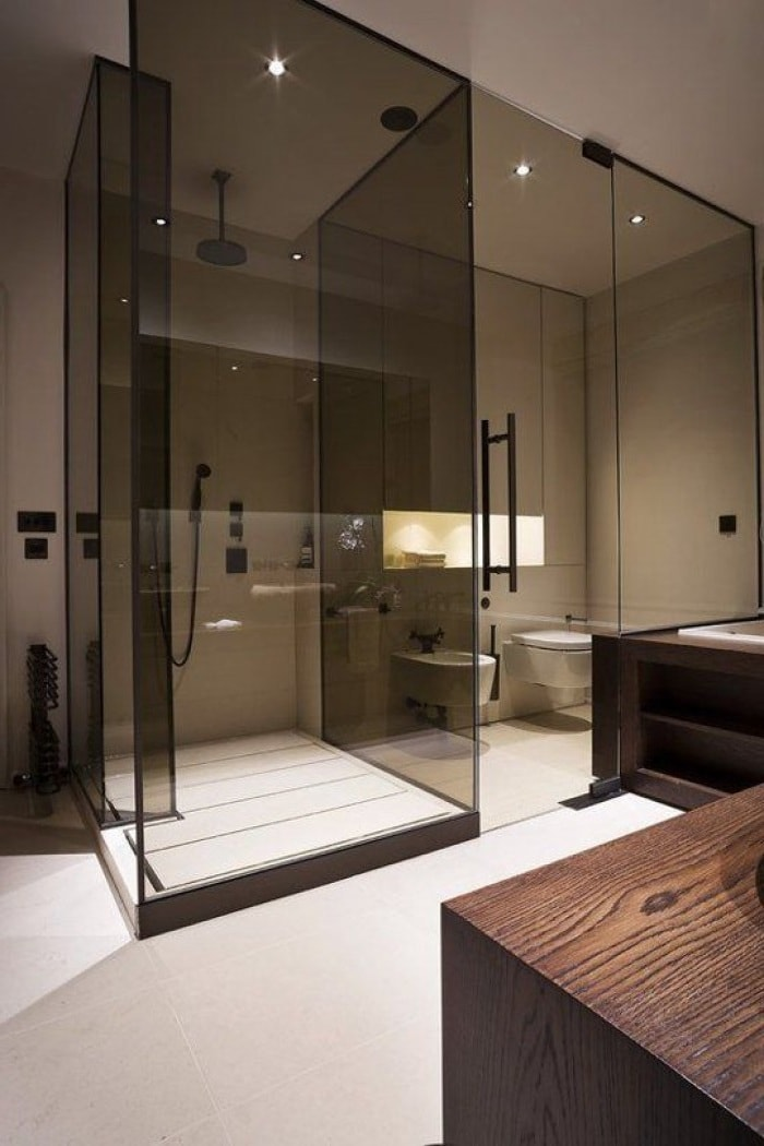 Присутствие стекла в ванной комнате создает эффект утонченности и легкости