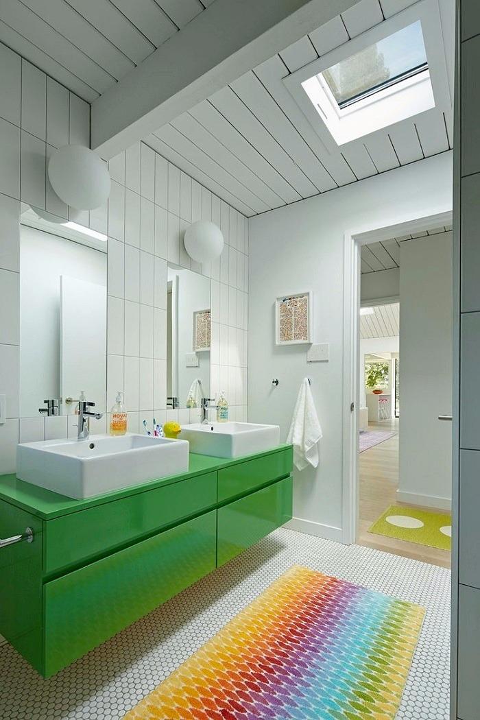 Яркий коврик на полу в ванной будет всегда заметен. Он добавит интерьеру цветового разнообразия и фруктового позитива