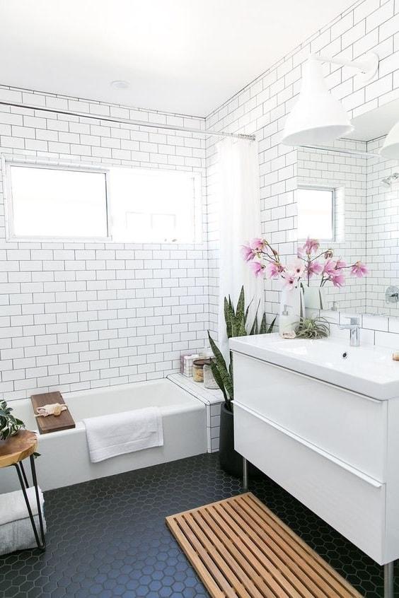 Белоснежная кафельная плитка подойдет ванной, имеющей небольшую площадь